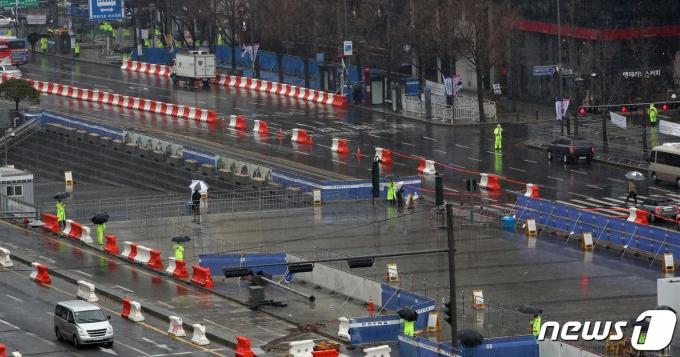 지난 3·1절을 서울 도심 곳곳에서 경찰이 철제 펜스. 2021.3.1/뉴스1 © News1 박정호 기자