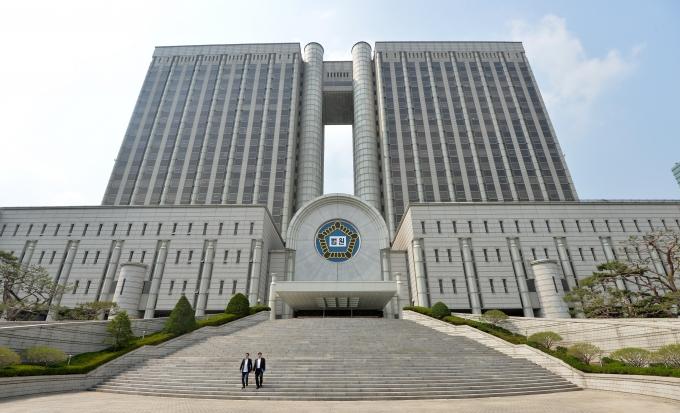무단횡단하다 택시에 치인 20대 여성을 들이받아 사망케하고 도주한 혐의를 받는 50대가 항소심에서도 실형을 선고받았다. 사진은 서울중앙지방법원 전경./사진=뉴스1