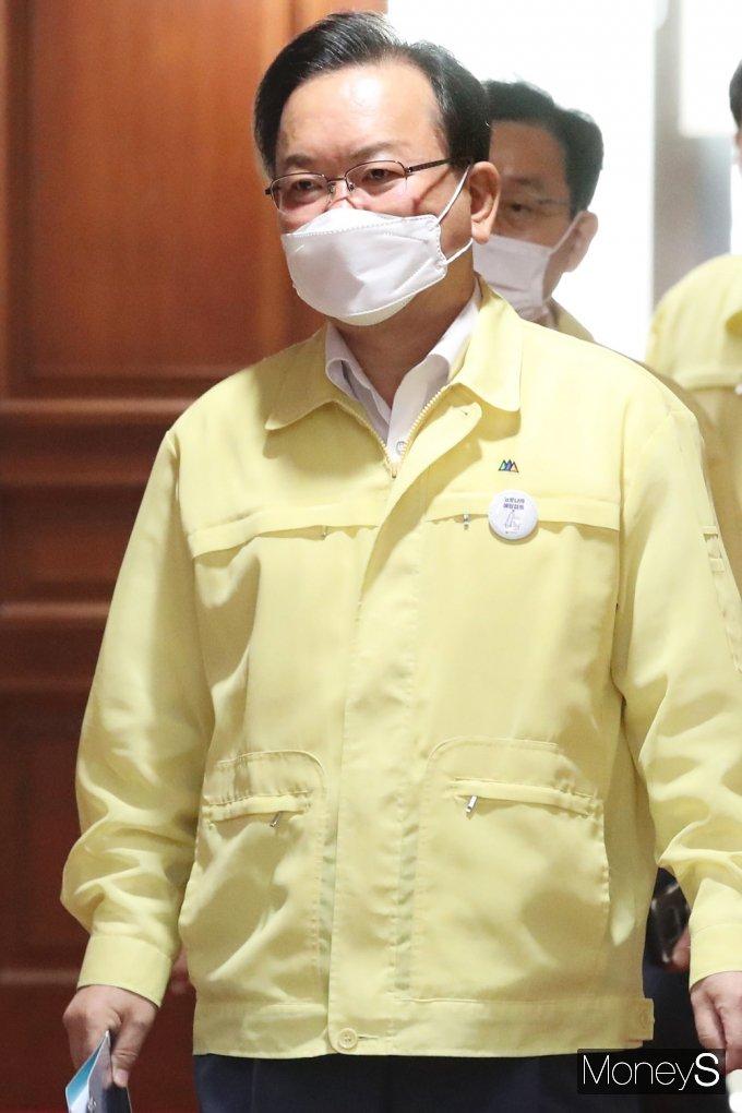 [머니S포토] 코로나19 대응 중대본 회의 들어서는 김부겸 총리
