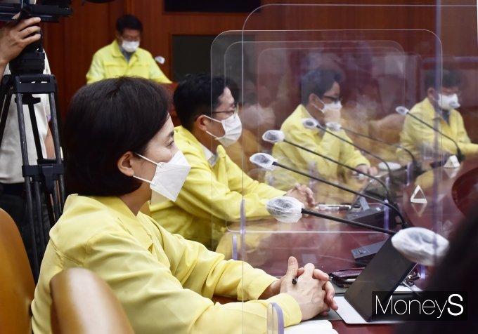 [머니S포토] 수도권 4단계·비수도권 3단계, 중대본 총리 발언 경청하는 '유은혜'