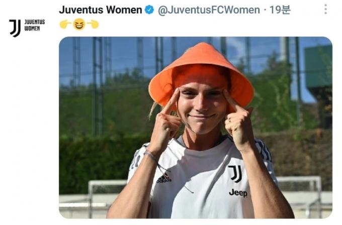 6일 유벤투스 위민이 트위터에 인종차별적 콘텐츠를 올렸다. 사진은 트위터에 올리온 눈을 찢는 여성의 모습. /사진=트위터 캡처