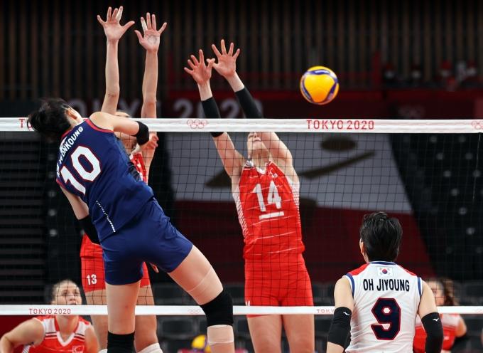 김연경이 지난 4일 일본 아리아케 아레나에서 열린 터키와의 2020도쿄올림픽 여자 배구 8강전에서 공격을 하고 있다. /사진=뉴스1