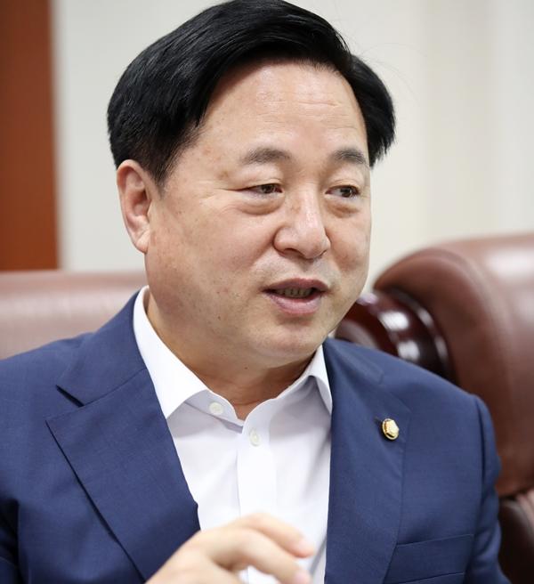 김두관 의원이 6일 페이스북에 윤석열 전 검찰총장의 '후쿠시마' 발언을 비판하는 글을 올렸다. 사진은 지난 7월 김두관 의원이 국회 의원회관 사무실에서 인터뷰하는 모습이다. /사진= 뉴시스