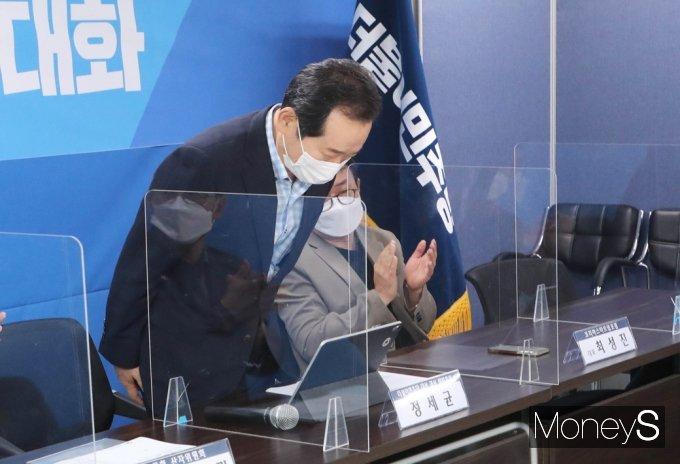 [머니S포토] 참석자들 앞 인사하는 정세균 전 총리