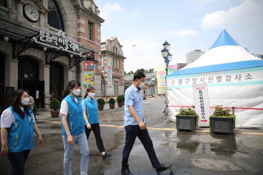 공항철도 사회봉사단이 서울역 등 임시선별진료소에 후원 물품을 전달했다. /사진제공=공항철도