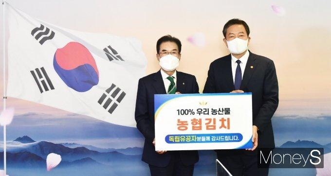 """[머니S포토] 농협, 우리농산물 김치 국가보훈처 전달 """"독립유공자분들 수고하셨습니다"""""""