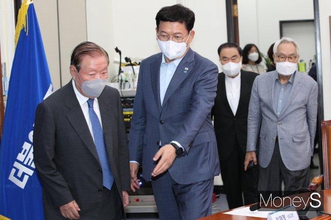 [머니S포토] 상임고문단에게 자리 안내하는 송영길 대표