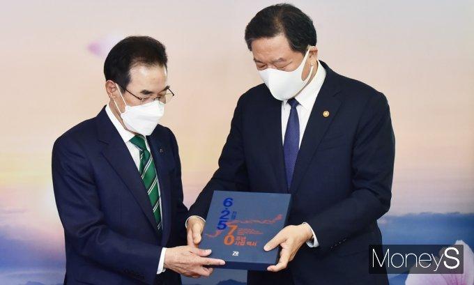 [머니S포토] 6.25 70주년 사업백서 전달받는 이성희 농협 회장