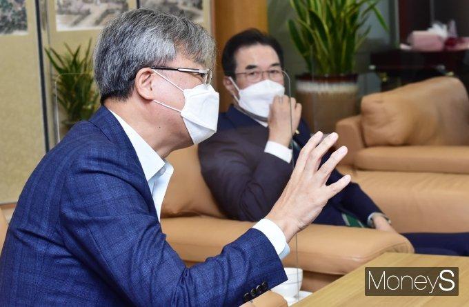 [머니S포토] 농협 국가보훈활동 관련 대화 나누는 장철훈 대표이사
