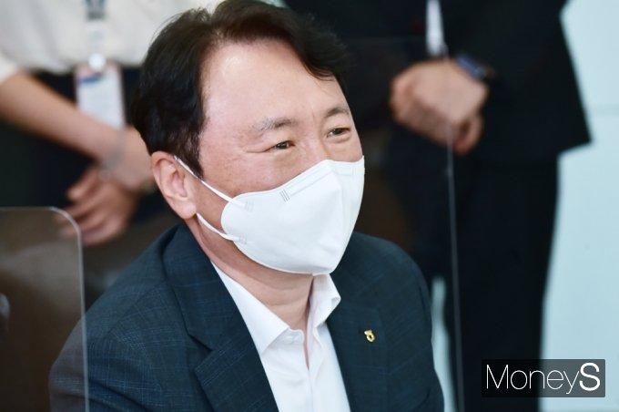 [머니S포토] 농협·국가보훈처 우리김치 나눔행사, 경청하는 권준학 행장