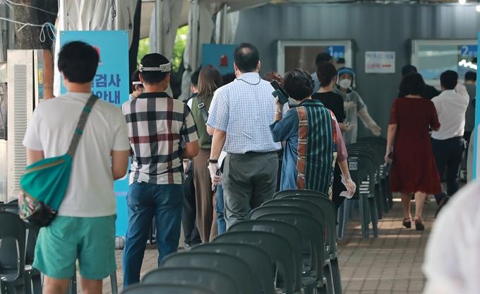 코로나19 신규 확진자가 13일 0시 기준 1990명을 기록했다. 사진은 지난 12일 서울 영등포구 여의도공원에 마련된 코로나19 임시선별진료소에서 코로나19 검사를 기다리는 시민 모습. /사진=뉴스1