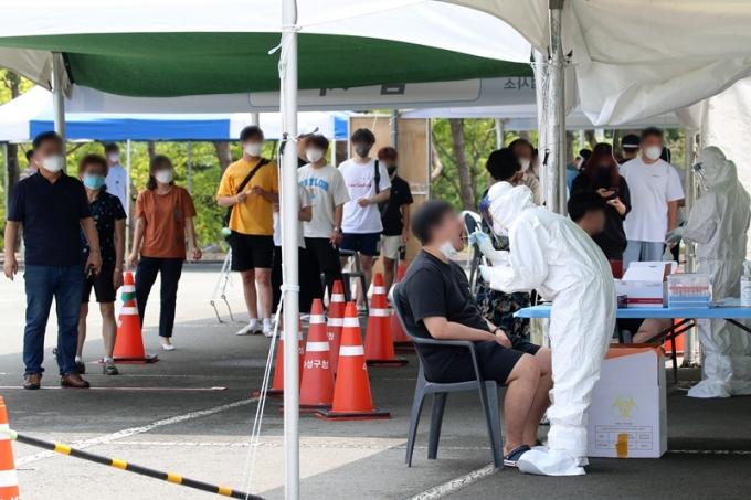 서울시는 13일 오전 0시부터 오후 6시까지 신규 확진자가 378명 발생했다고 밝혔다. 사진은 지난 12일 대구스타디움 임시선별검사소에서 시민들이 검사를 받는 모습. /사진=뉴스1