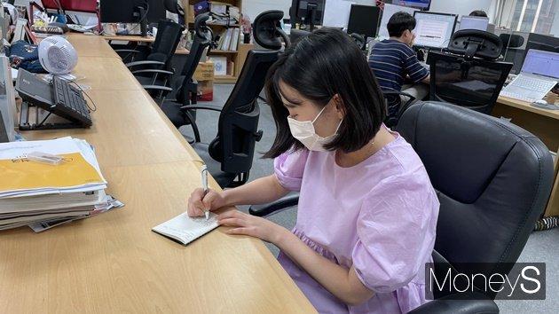 디지털 사용 대신 종이에 글을 적거나, 그림을 그리기 시작했다. 사진은 메모장에 글을 적고 있는 모습.  /사진=김동욱 기자