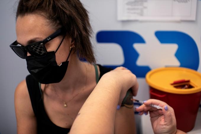 지난 29일(현지시각) 나프탈리 베네트 이스라엘 총리는 로이터통신과의 인터뷰를 통해 3차 접종(부스터샷) 대상을 12세으로 낮춘다고 전했다. 사진은 이스라엘 리숀레지온 코로나19 예방접종센터에서 백신을 맞고 있는 이스라엘 국민. /사진= 로이터