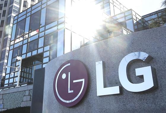 LG에너지솔루션이 GM의 리콜에도 상장을 계속 추진할지 관심이 집중되고 있다. 서울 여의도 LG트윈타워. /사진=뉴스1