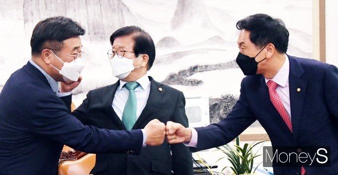 [머니S포토] 본회의 앞둔 여야…박병석 의장 주재 양당 원내대표 회동