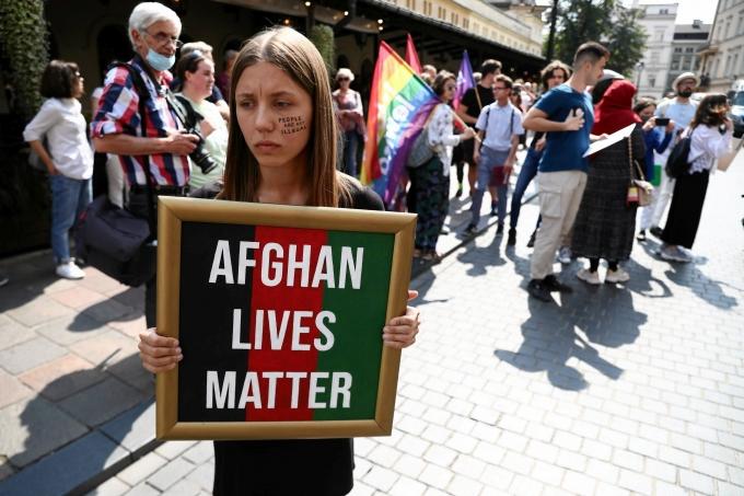 지난 2일(이하 현지시각) BBC에 따르면 지난달 23일 부모와 함께 폴란드에 도착해 수도 바르샤바 근처 포드코바레스나 난민 캠프에 머물던 5세 아프가니스탄 소년이 독버섯을 먹고 사망했다. 사진은 지난달 22일 폴란드 크라쿠프에서 탈레반 관련 시위를 하고 있는 한 여성. /사진=로이터