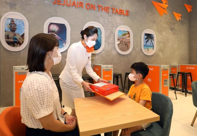 제주항공은 기내식과 음료를 판매하는 카페를 운영하고 있다. /사진제공=제주항공
