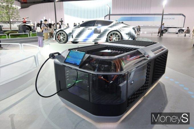 현대차그룹은 수소전기스포츠카 FK(뒤)와 수소연료전지 발전기를 소개했다./사진=박찬규 기자