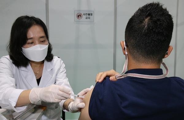 신종 코로나바이러스 감염증(코로나19) 백신을 오는 20~26일에 접종하고 싶다면 9일 자정까지 예약 또는 예약변경을 해야된다. 사진은 지난 7일 대전 유성구 예방접종센터에서 시민이 코로나19 백신을 접종하는 모습. /사진=뉴스1