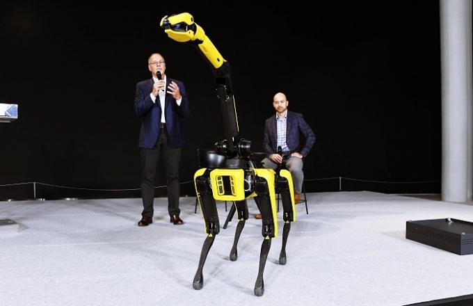 보스턴다이내믹스 미디어 간담회에서 산업용 4족 보행 로봇인 '스팟'을 시연하고 휴머노이드 2족 보행 로봇인 '아틀라스'의 최신 영상도 공개했다./사진제공=현대차그룹