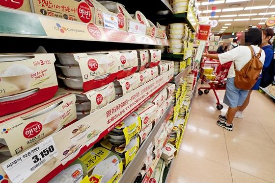 서울의 한 대형마트 가공식품 코너에서 시민들이 제품을 살펴보는 모습. /사진=뉴시스