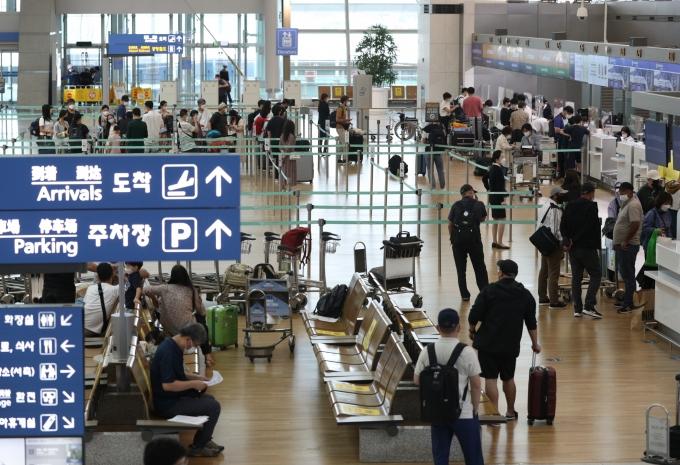 추석연휴 기간 사이판 트래블 버블을 예약한 승객이 272명으로 집계됐다. 사진은 인천공항 1터미널에서 시민들이 출국 수속을 밟는 모습. /사진=뉴스1