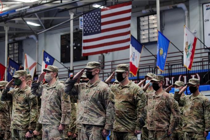 지난 13일 주한미군에 따르면 국내에 입국한 미군 장병과 가족 등 9명이 신종 코로나바이러스 감염증(코로나19) 양성 판정을 받았다. 사진은 지난 6일 미국 뉴욕 포르 드럼에서 아프가니스탄 철수 신고 중인 미군들. /사진= 로이터