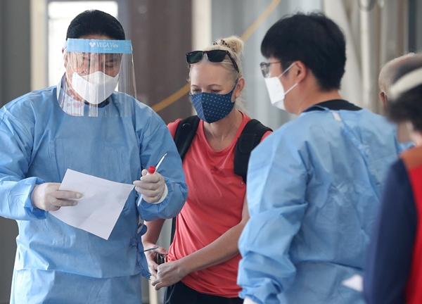 신종 코로나바이러스 감염증(코로나19) 신규 확진자가 14일 0시 기준 1497명을 기록했다. 사진은 지난 13일 서울 중구 서울역 임시선별진료소에서 한 외국인이 검사 안내를 받는 모습. /사진=뉴스1