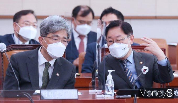 [머니S포토] 국회 법사위, 의견 나누는 박범계·김상환