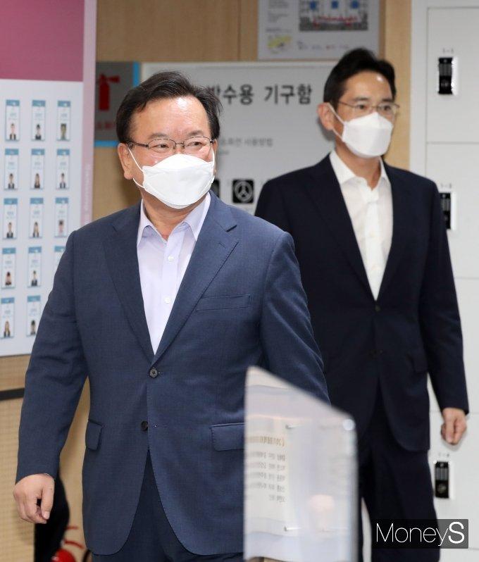 [머니S포토] 이재용 부회장과 함께 이동하는 김부겸 국무총리