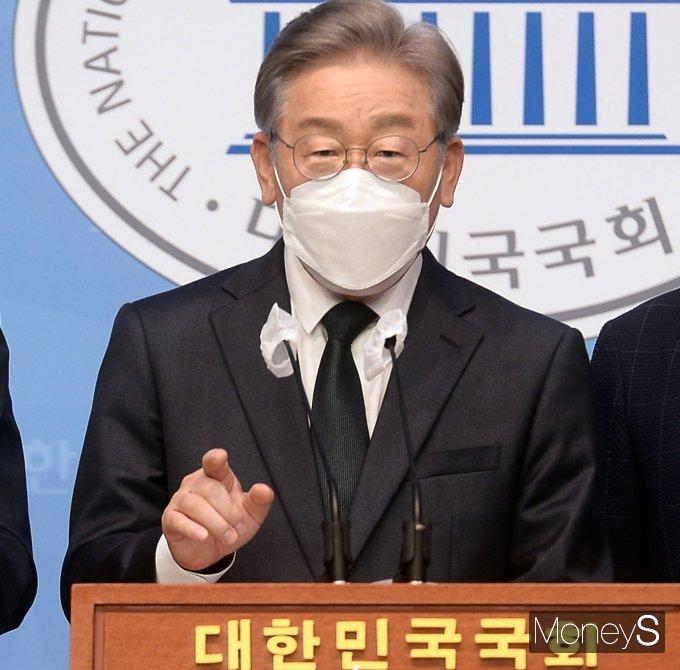 이재명 경기도지사가 기자회견을 열고 '대장동 의혹'에 대해 반박했다. 사진은 14일 국회 소통관에서 기자회견을 하는 이 지사. /사진=임한별 기자