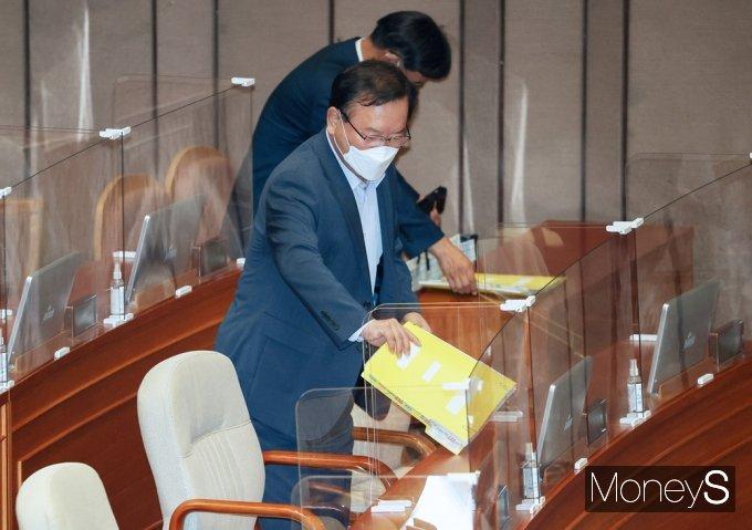 [머니S포토] 외교·통일·안보 대정부 질문 출석한 김부겸 총리