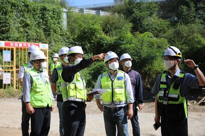 14일 계양역 승강장 확장공사 현장에서 이후삼 사장(오른쪽에서 세번째)이 공사 진행상황을 확인하고 있다. /사진제공=공항철도