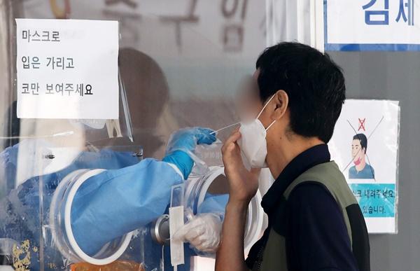 수도권을 중심으로 신종 코로나바이러스 감염증(코로나19) 확산세가 다시 거세지고 있는 가운데 15일 발표될 신규 확진자는 다시 2000명대가 예상된다. /사진=뉴스1