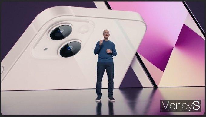 팀 쿡 애플 CEO가 아이폰13 시리즈를 소개하는 모습. /사진=캡처