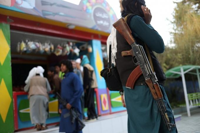 15일(이하 현지시각) BBC의 보도에 따르면 극단주의 이슬람 수니파 무장단체 탈레반의 정부구성 과정에서 내분이 일어나 조직 내 2인자가 아프가니스탄(아프간) 수도 카불을 떠났다. 사진은 지난 8일 아프간 카불의 탈레반 대원. /사진=로이터