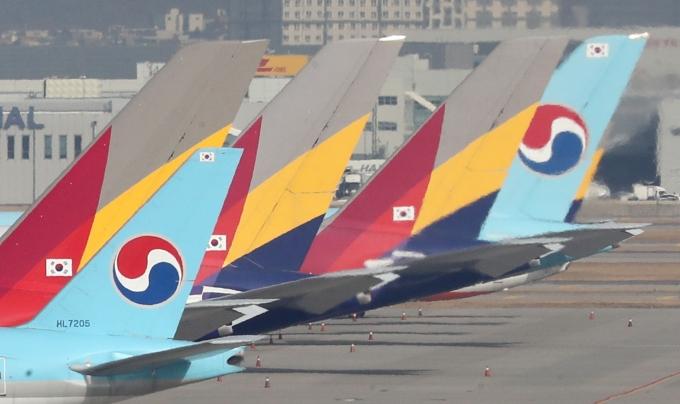 대한항공과 아시아나항공이 아시아태평양항공사협회(AAPA)에서 탈퇴하며 국제항공운송협회로 채널을 단일화했다. 사진은 인천국제공항에 주기된 대한항과공 아시아나항공의 여객기. /사진=뉴스1