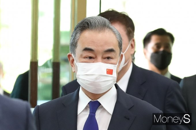 [머니S포토] 회담장으로 향하는 왕이 중국 외교부장