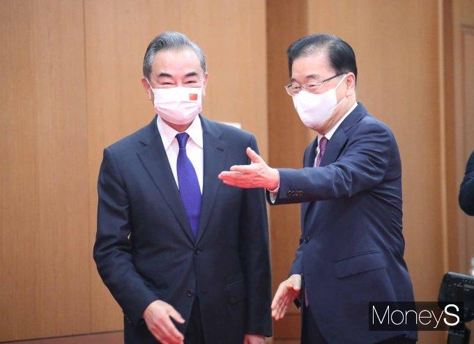 [머니S포토] 왕이 중국 외교부장 안내하는 정의용 장관