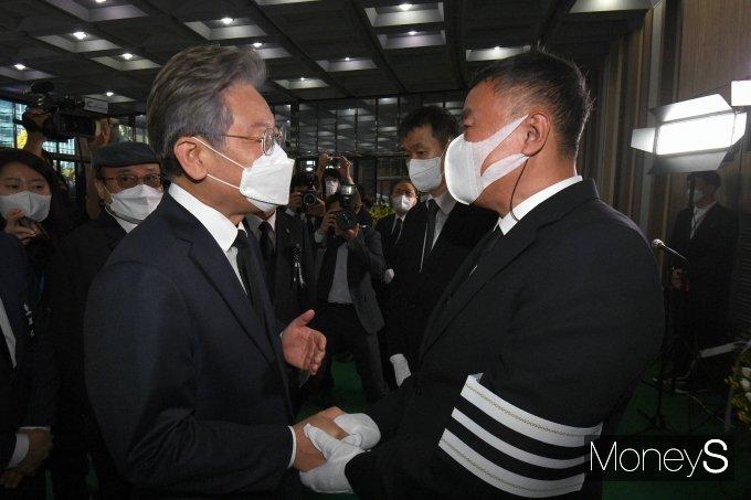 [머니S포토] 조희준 전 국민일보 회장과 인사하는 이재명