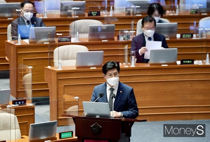 [머니S포토] 부동산 가격 안정화 실현 가능 질문 답변하는 국토부 '노형욱'