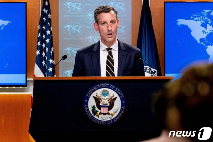 네드 프라이스 미국 국무부 대변인이 지난달 18일(현지시간) 워싱턴 국무부에서 아프가니스탄 사태 관련 언론 브리핑을 하고 있다. © AFP=뉴스1 © News1 우동명 기자