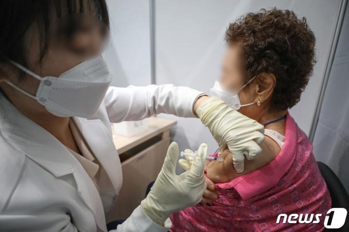 30일 오전 서울 마포구 예방접종센터에서 어르신들이 화이자 백신을 맞고 있다. 2021.4.30/뉴스1 © News1 성동훈 기자