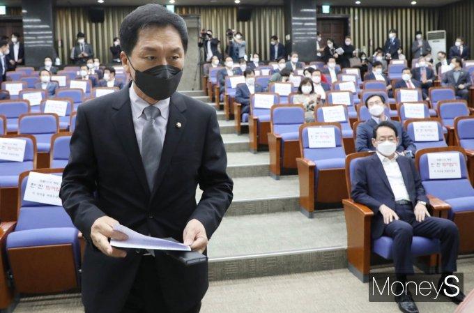 [머니S포토] 국힘 현안 관련 긴급보고, 발언대 향하는 '김기현'