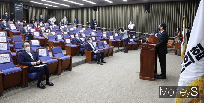 [머니S포토] 野 현안 관련 긴급보고, 동료 의원 앞 발언하는 김기현