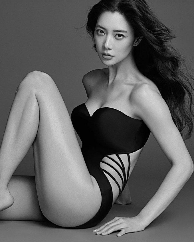 """클라라, 역대급 수영복 화보 공개…""""美친 몸매"""""""