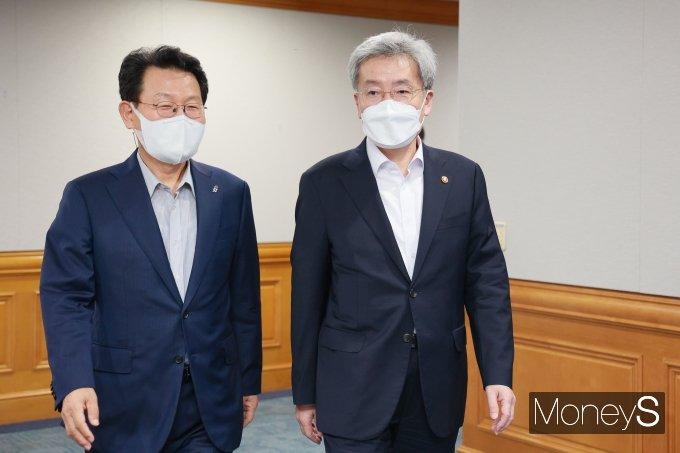 [머니S포토] 간담회 참석하는 김광수 은행협회장과 고승범 금융위원장
