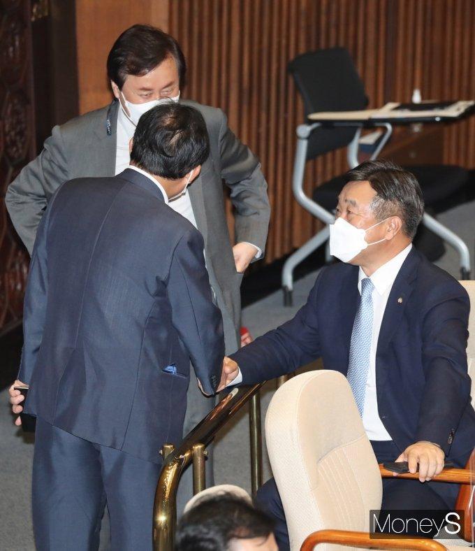 [머니S포토] 국회 본회의, 의견 나누는 '윤호중'