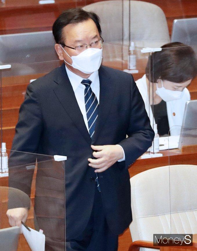 [머니S포토] 교육·사회·문화 대정부질문, 발언대 향하는 김부겸 총리